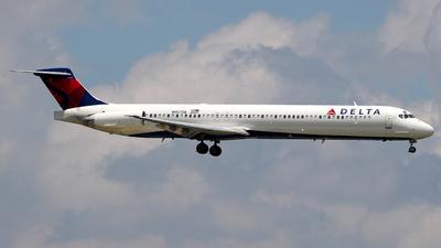A picture of N907DE - McDonnell Douglas MD88 - [53416] - © Eric Page Lu
