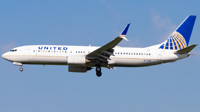 A picture of N77296 - Boeing 737824 - United Airlines - © Eric Esots