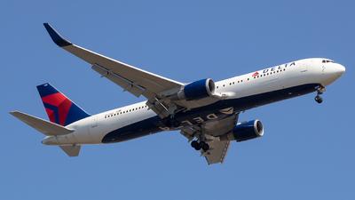 A picture of N174DZ - Boeing 767332(ER) - Delta Air Lines - © Stephen J Stein