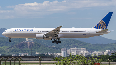 A picture of N76064 - Boeing 767424(ER) - United Airlines - © Renato Maia