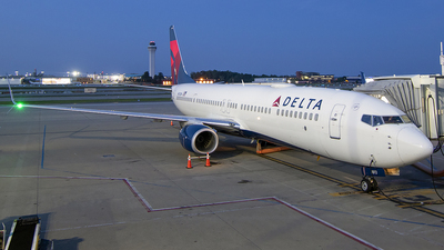 A picture of N813DN - Boeing 737932(ER) - Delta Air Lines - © Nelson Mejia