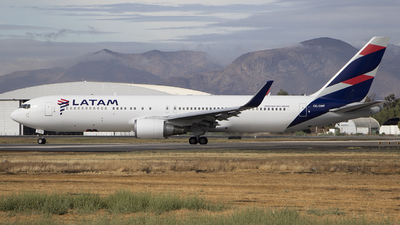 A picture of CCCWF - Boeing 767316(ER) - LATAM Airlines - © Claudio Pérez