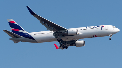 A picture of CCCXG - Boeing 767316(ER) - LATAM Airlines - © Roberto Tirado