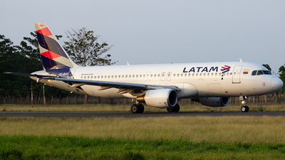 CC-BAR - Airbus A320-214 - LATAM Airlines