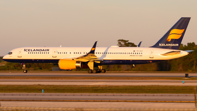 A picture of TFFIT - Boeing 757256 - Icelandair - © Davin Amy