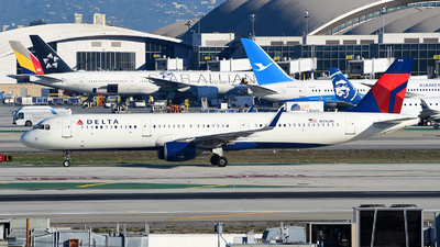 A picture of N316DN - Airbus A321211 - Delta Air Lines - © Rocky Wang