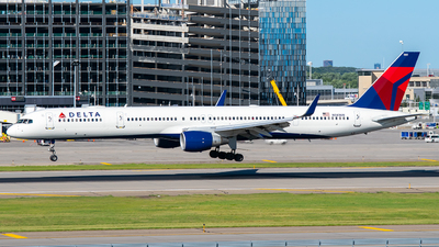 A picture of N581NW - Boeing 757351 - Delta Air Lines - © Steve Rinde