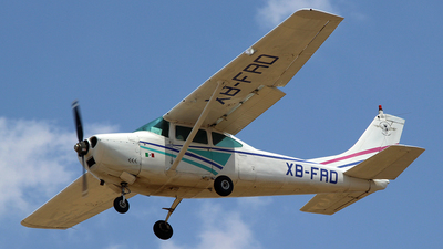 XB-FRD - Cessna 182J Skylane - Escuela de Aviación Roberto Fierro