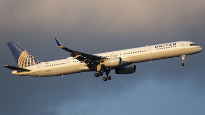 A picture of N57862 - Boeing 75733N - United Airlines - © Wes B