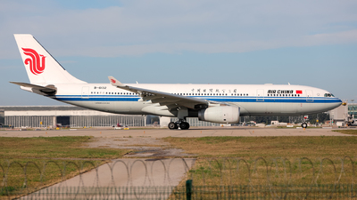 A picture of B6132 - Airbus A330243 - Air China - © Eric Yan