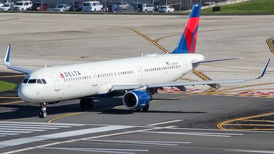 A picture of N304DN - Airbus A321211 - Delta Air Lines - © Juan Carlos Aponte