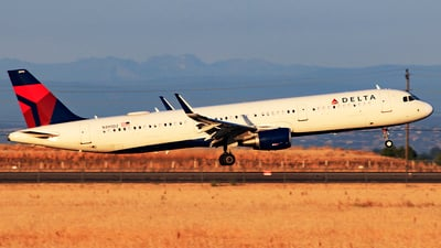 A picture of N395DZ - Airbus A321211 - Delta Air Lines - © Hongming Zheng