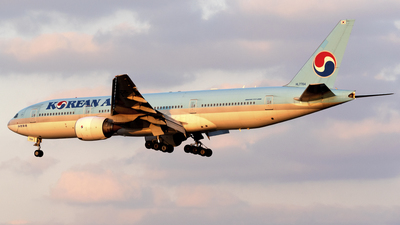 A picture of HL7764 - Boeing 7772B5(ER) - Korean Air - © Zhou Junfeng