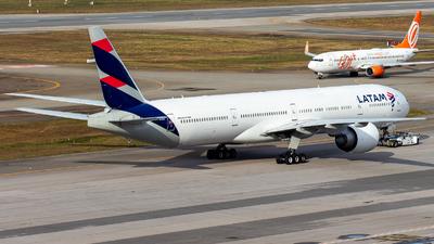 A picture of PTMUG - Boeing 77732W(ER) - LATAM Airlines - © Lukas Henrique - LK Spotter