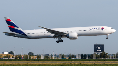 A picture of PTMUE - Boeing 77732W(ER) - LATAM Airlines - © Alexis Boidron