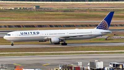 A picture of N76054 - Boeing 767424(ER) - United Airlines - © Rocky Wang