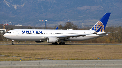 A picture of N655UA - Boeing 767322(ER) - United Airlines - © Paul Denton