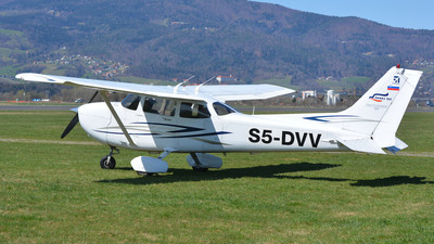 A picture of S5DVV - Cessna 172S Skyhawk - [17280316] - © Davor