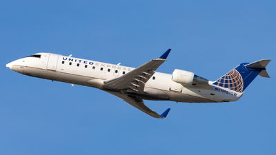 A picture of N983SW - Mitsubishi CRJ200LR - United Airlines - © Eric Esots