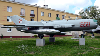 908 - Mikoyan-Gurevich Mig-19PM Farmer D - Poland - Air Force