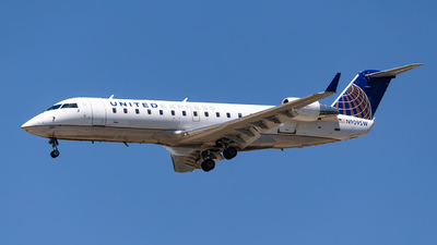 A picture of N909SW - Mitsubishi CRJ200LR - United Airlines - © Houstoniahspotter