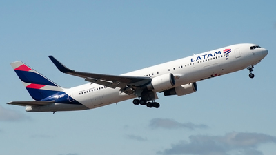 A picture of PTMOD - Boeing 767316(ER) - LATAM Airlines - © Renan Araújo