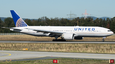 N77012 - Boeing 777-224(ER) - United Airlines