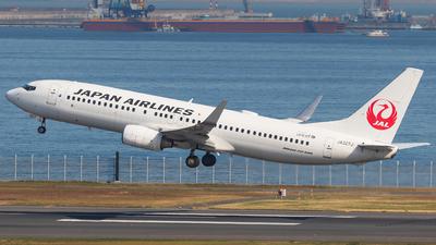A picture of JA327J - Boeing 737846 - Japan Airlines - © walker2000