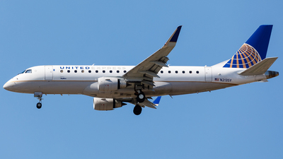 A picture of N213SY - Embraer E175LR - United Airlines - © Martin Pinnau