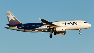 A picture of CCBAE - Airbus A320232 - LATAM Airlines - © Juan Guillermo Pacheco S.-