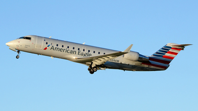 A picture of N424AW - Mitsubishi CRJ200LR - United Airlines - © DJ Reed - OPShots Photo Team