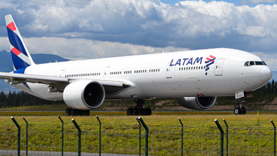 A picture of PTMUF - Boeing 77732W(ER) - LATAM Airlines - © Juan Andres Saavedra