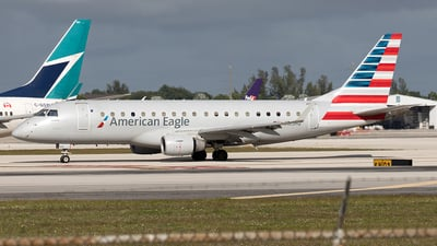 A picture of N105HQ - Embraer E175LR - American Airlines - © Yixin Chen