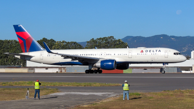 A picture of N667DN - Boeing 757232 - Delta Air Lines - © Daniel Hernández J.