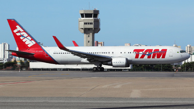 A picture of PTMOB - Boeing 767316(ER) - LATAM Airlines - © Janna Andrade