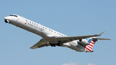 A picture of N585NN - Mitsubishi CRJ900LR - American Airlines - © Yixin Chen
