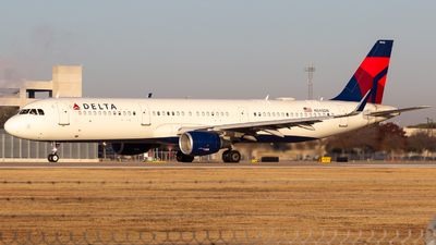 A picture of N345DN - Airbus A321211 - Delta Air Lines - © Centex Spotter