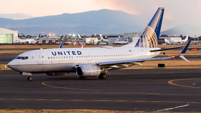 N27733 - Boeing 737-724 - United Airlines