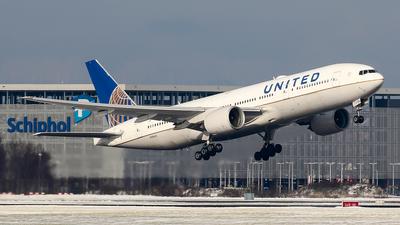 A picture of N786UA - Boeing 777222(ER) - United Airlines - © C. v. Grinsven