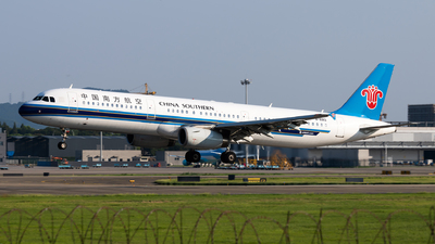 A picture of B6913 - Airbus A321231 - China Southern Airlines - © Lazy Clutch