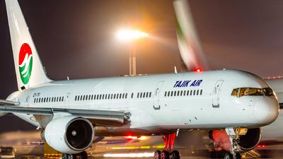 A picture of EY751 - Boeing 7572Q8 - [24964] - © Gleb Borzyakov