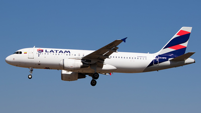 A picture of CCBFE - Airbus A320214 - LATAM Airlines - © Carlos P. Valle C.