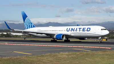 A picture of N656UA - Boeing 767322(ER) - United Airlines - © Fernando Hernandez Bolaños