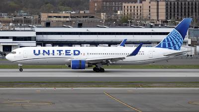 A picture of N674UA - Boeing 767322(ER) - United Airlines - © Mark Szemberski