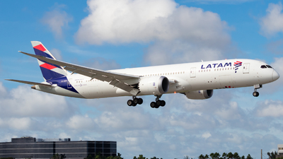 A picture of CCBGD - Boeing 7879 Dreamliner - LATAM Airlines - © Davin Amy