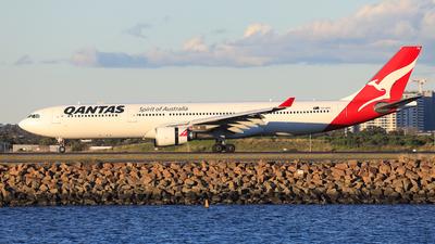 A picture of VHQPB - Airbus A330303 - Qantas - © Nicholas Kimura