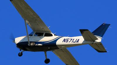 A picture of N571JA - Cessna 172S Skyhawk SP - [172S10549] - © Hongming Zheng
