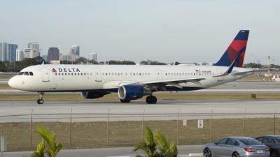 A picture of N380DN - Airbus A321211 - Delta Air Lines - © Juan Camilo Rojas