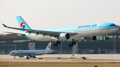 A picture of HL7586 - Airbus A330323 - Korean Air - © HeZe Sun