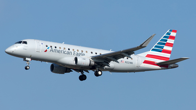 A picture of N221NN - Embraer E175LR - American Airlines - © Yixin Chen